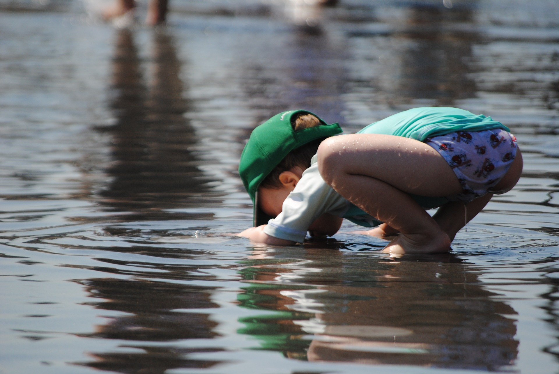 child-playing-in-water-885298_1920